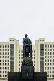 Een enorm beeldhouwwerk van lenin bij het overheidsgebouw. minsk, wit-rusland