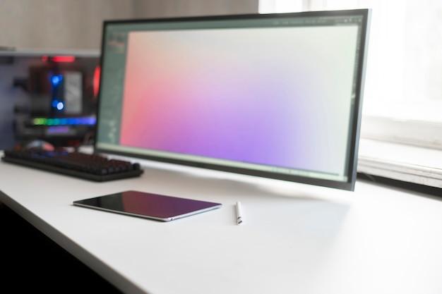 Een enorm touchscreen en potlood van een computermonitor, een werkplek voor digitale artiesten artist