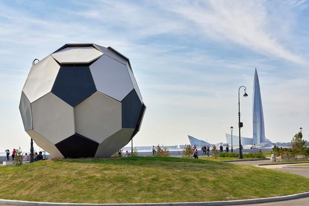 Een enorme bal tegen de achtergrond van het lakhta center nabij het zenit-stadion. detailopname