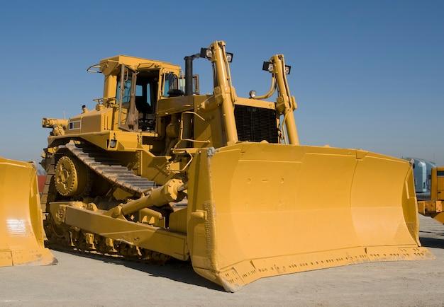 Een enorme d10 caterpillar bulldozer op een veiling voor zwaar materieel in californië.