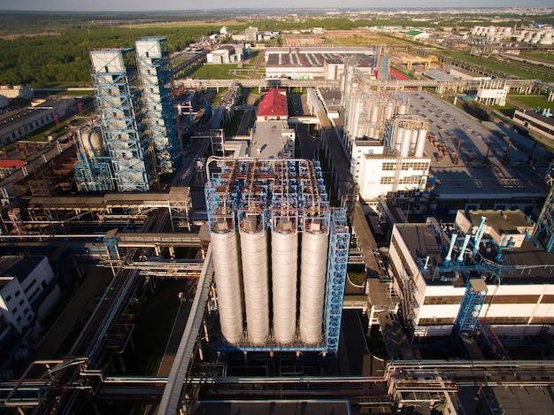 Een enorme olieraffinaderij met pijpen en destillatie van het complex