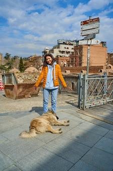Een enorme zwerfhond viel aan de voeten van het meisje in slaap. lieve dakloze dieren. de reden is om niet te gaan.