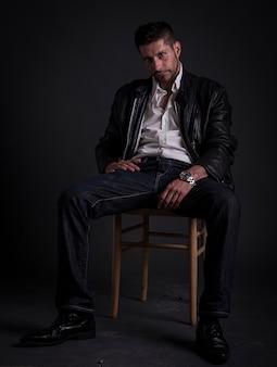 Een ernstige kaukasische man op een donkere achtergrond