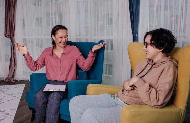 Een europese vrouwelijke psycholoog ontvangt een tienermeisje in een kamer