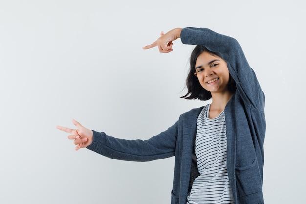 Een expressief meisje poseert in de studio