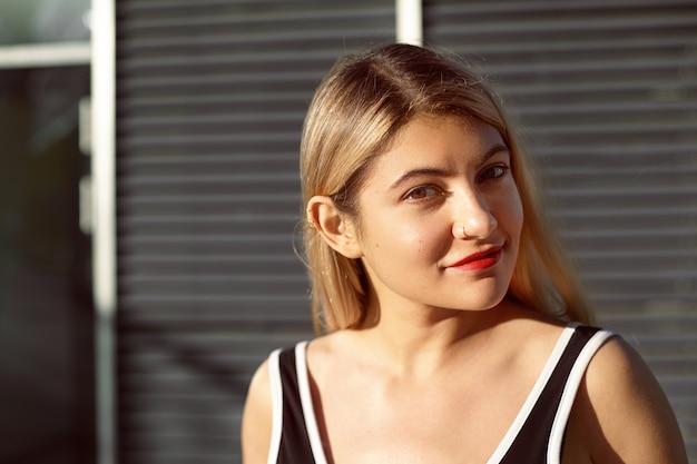 Een expressief vrouwelijk model poseert