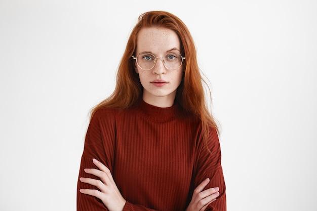 Een expressieve dame poseren in de studio
