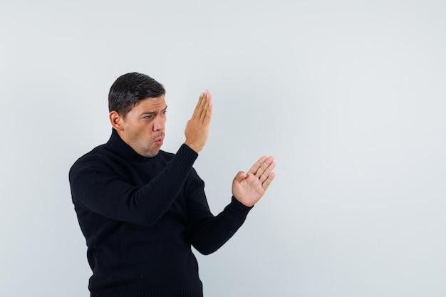 Een expressieve man poseert in de studio