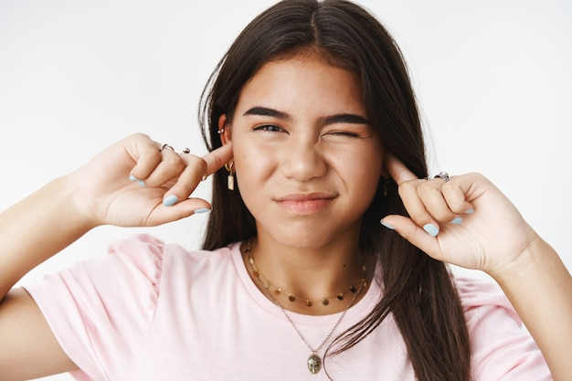 Een expressieve tiener in een roze t-shirt