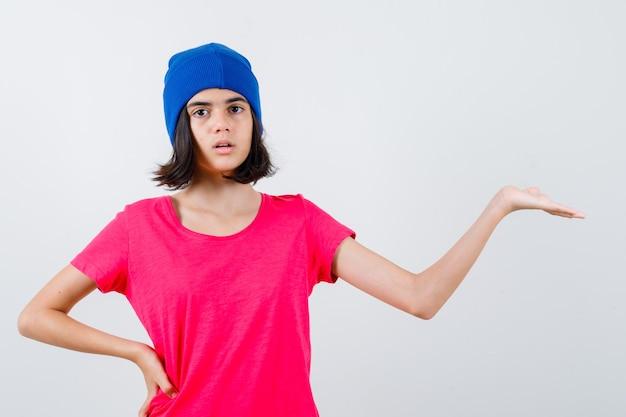 Een expressieve tiener poseert