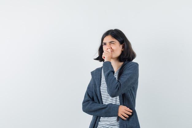 Een expressieve vrouw poseert in de studio