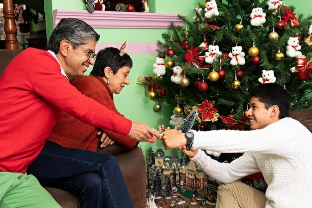 Een familie die samen het huis van de grootouders decoreert met kerst