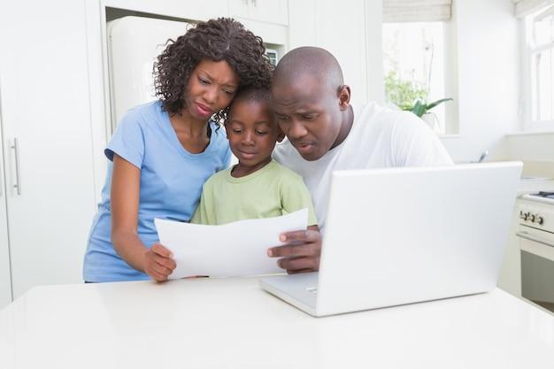 Een familie die werkt en zijn computer gebruikt