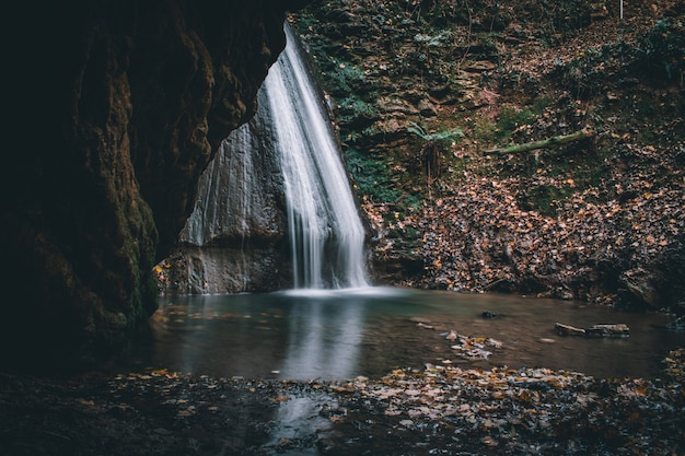 Een fantastisch uitzicht op de watervallen van monticelli brusati