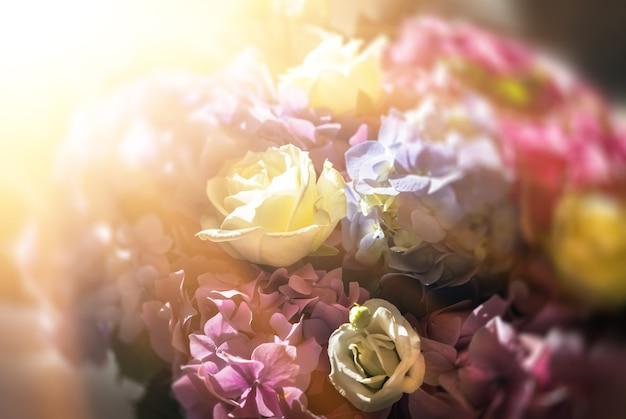 Een feestelijk boeket van een boeket rozen en hortensia's in de zonnestralen. bloem achtergrond