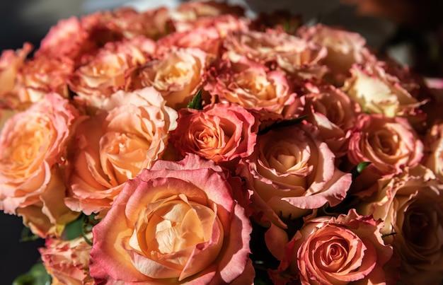Een feestelijk boeket van oranje rozen in zonlicht. bloemen achtergrond