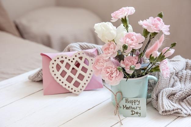 Een feestelijke compositie met verse bloemen in een vaas, decoratieve elementen en een wens voor vrolijk pasen op een ansichtkaart.