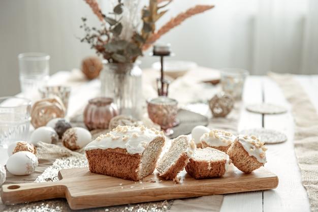 Een feestelijke tafel met een mooie setting en vers gebakken paaskoek.