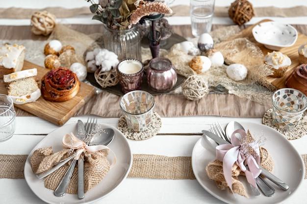 Een feestelijke tafel met mooie schalen, decoratieve items en gebak. ontwerpidee voor pasen-tafelsetting.