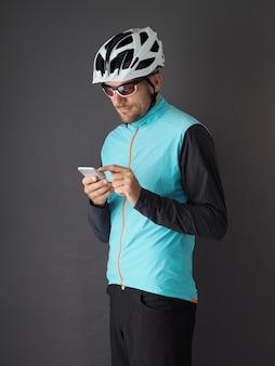 Een fietser gebruikt een smartphoneportret