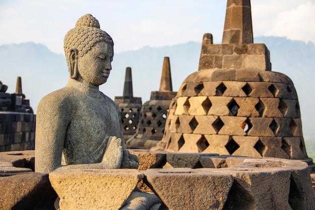 Een figuur van een gevleugeld gezicht van de klokken in de borobudur-tempel. indonesië