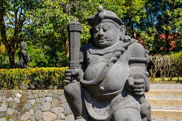 Een figuur van een gevleugelde soldaat uit de borobudur-tempel. indonesië