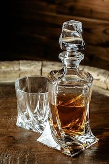 Een fles cognac en glas. brandewijn