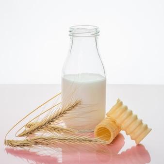 Een fles melk en tarwe