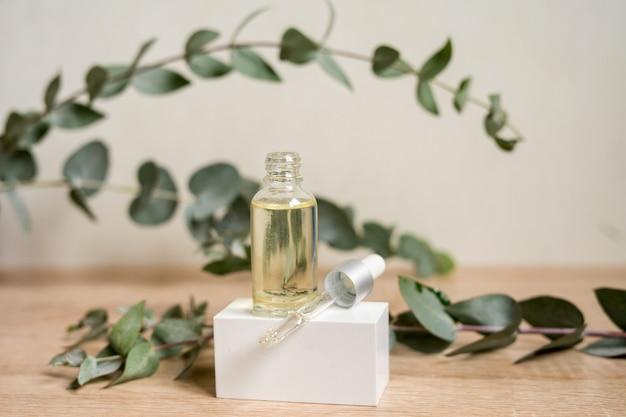 Een flesje etherische olie met verse eucalyptusbladeren