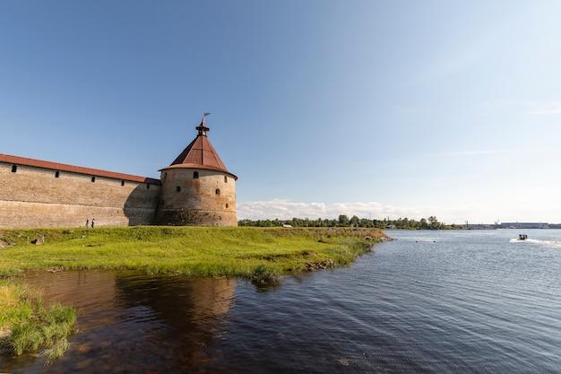 Een fort aan de rand van een eiland in sint-petersburg