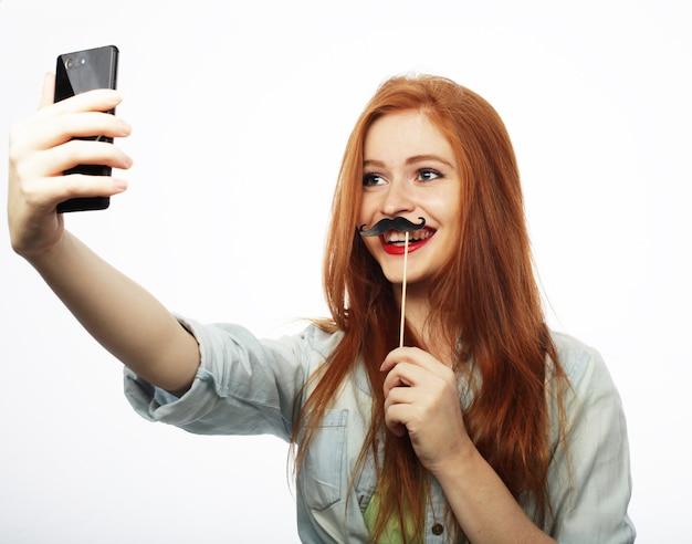 Een foto maken. glimlachende vrolijke blonde vrouw die selfie doet