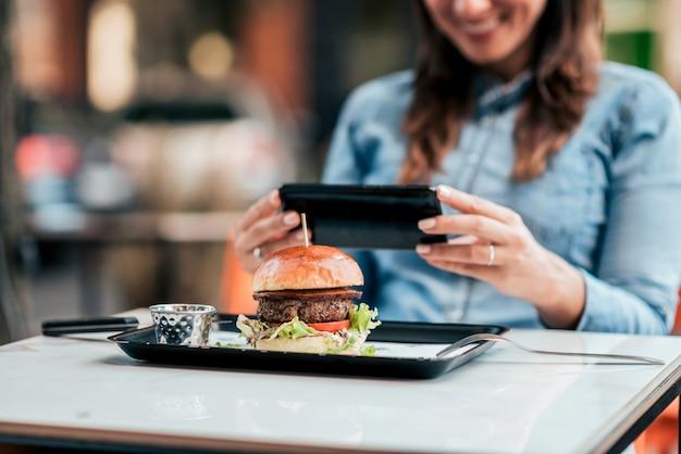 Een foto maken van smakelijke hamburger. focus op de voorgrond, op de burger.