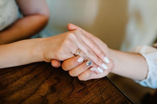 Een foto van een dame met een trouwring aan de vinger. toon ring, verloving.