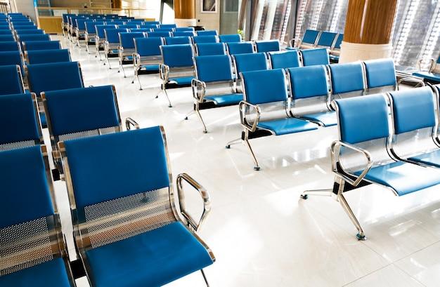 Een foto van een gloednieuwe vertreklounge op de luchthaven