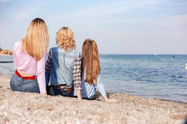 Een foto van een groep vrouwen plezier op het strand