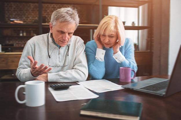 Een foto van een hardwerkende man en vrouw die samen zitten