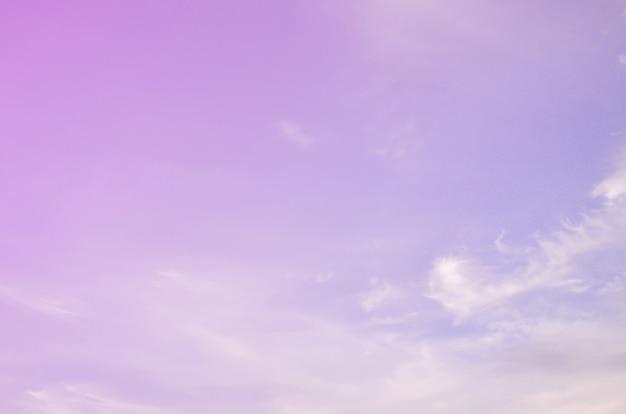 Een foto van een heldere en glanzende blauwe hemel met pluizige en dichte whi