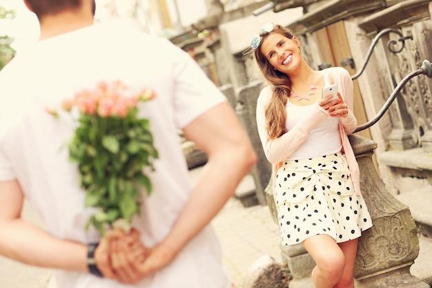 Een foto van een jong romantisch stel op een date in de stad