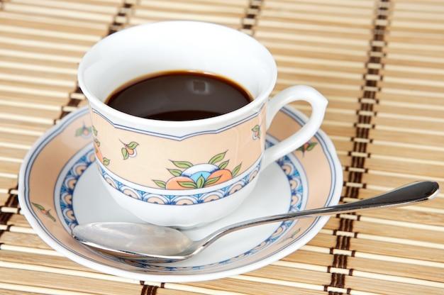 Een foto van een kop koffie a over witte achtergrond