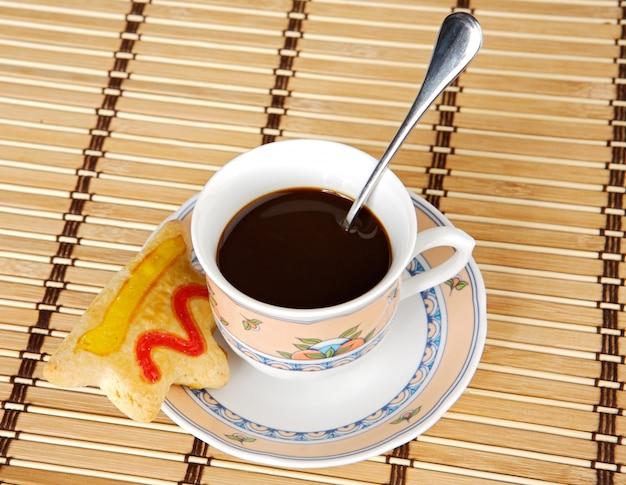 Een foto van een kopje koffie met gebak