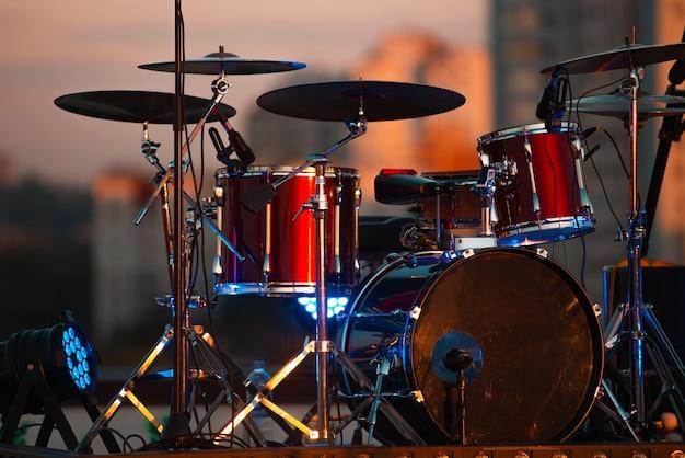 Een foto van een rood drumstel op het podium