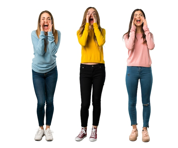 Een foto van een volledige lengte van een groep mensen met kleurrijke kleding die enkele schreeuwt en aankondigt
