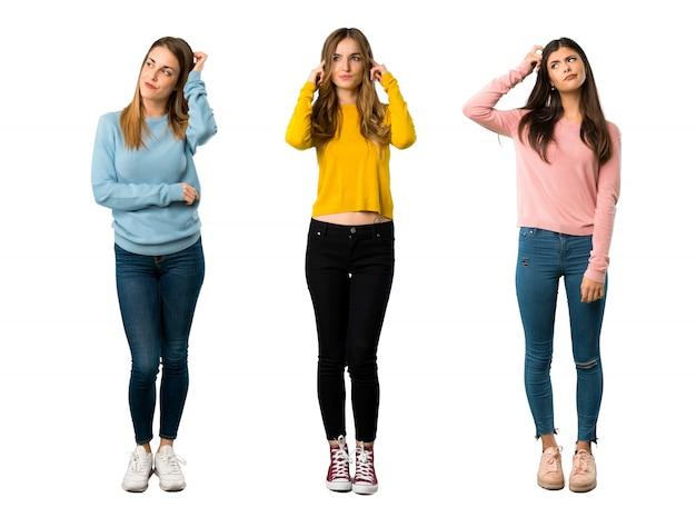 Een foto van een volledige lengte van een groep mensen met kleurrijke kleding die twijfels hebben