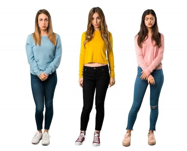 Een foto van een volledige lengte van een groep mensen met kleurrijke kleding