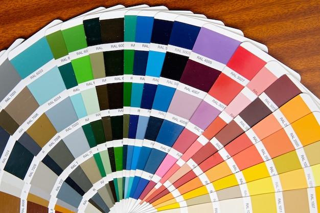 Een foto van een waaier van kleuren in de tabel
