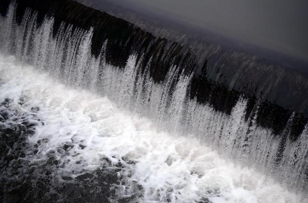 Een foto van het stromende water