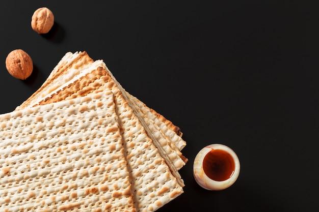 Een foto van matzah of matzastukken. matzah voor de joodse pesachvakanties.