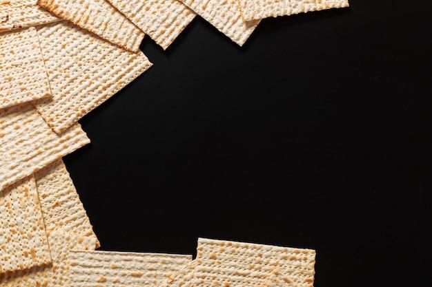 Een foto van matzah of matzastukken op zwarte