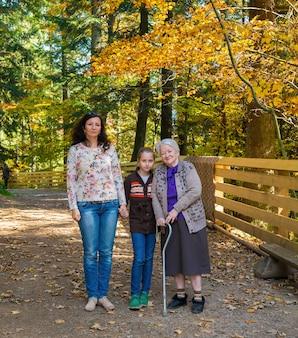 Een foto van meerdere generaties van een gelukkige grootmoeder met haar dochter en kleindochter buiten