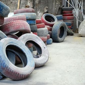 Een foto van veel oude gebruikte banden achtergelaten op een vuilnisbelt
